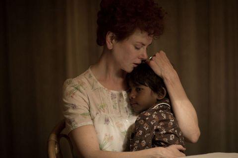 <p>這部改編自真人真事的電影,描述一名五歲的印度男孩Saroo因為一場意外,與家人分離於幾千里之外。在因緣巧合之下,Saroo被一對澳洲夫妻收養,從印度輾轉來到了澳洲。25年後,Saroo零星得想起印度家鄉的種種,突如其來的鄉愁,讓他決定展開一場尋根之旅。</p>