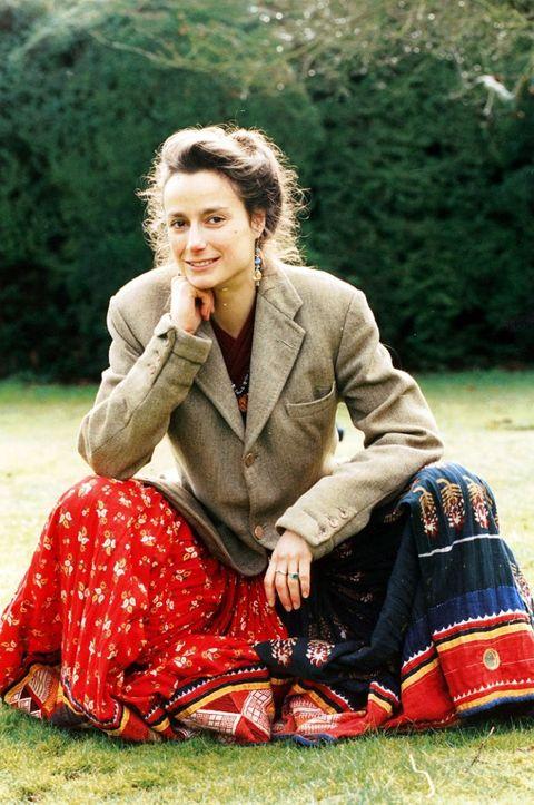 Textile, Sitting, People in nature, Blazer, Street fashion, Tartan, Lap, Sock, Vintage clothing, Handbag,