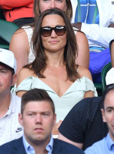 "<p>在另外一場賽事,Pippa Middleton選擇Tephi的薄荷綠羅馬洋裝,以呼應著溫網的傳統代表色綠色。<span class=""redactor-invisible-space""></span>這身露肩洋裝,和其他人保守的衣著比起來,顯得大方許多。</p>"