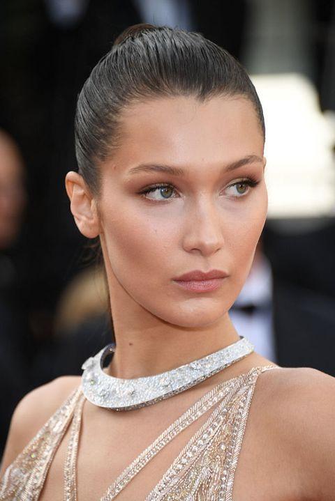 <p>擁有以色列血統的女模Bella hadid臉型較長、小麥膚色偏紅,挑選的是香檳金的打亮,再由顴骨兩旁向上提亮至眼尾,臉型就能更小更立體。<br></p>
