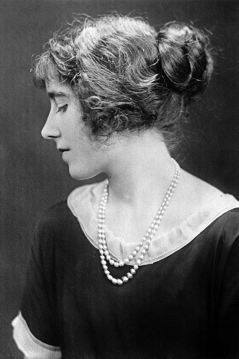 "<p>1920年皇太后Elizabeth Angela Marguerite Bowes-Lyon將一頭浪漫長髮盤為包頭,戴上高雅的珍珠項鍊,正式走進大亨小傳中絢麗浮華的造型樣式。<span class=""redactor-invisible-space"" data-verified=""redactor"" data-redactor-tag=""span"" data-redactor-class=""redactor-invisible-space""></span></p>"