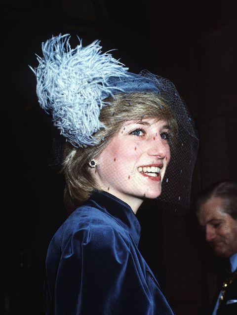 <p>帽子除了講究色彩,選擇同一布料的材質更能呼應穿搭,黛安娜王妃這身搭配的深藍色天鵝絨布材質亮眼又經典。</p>