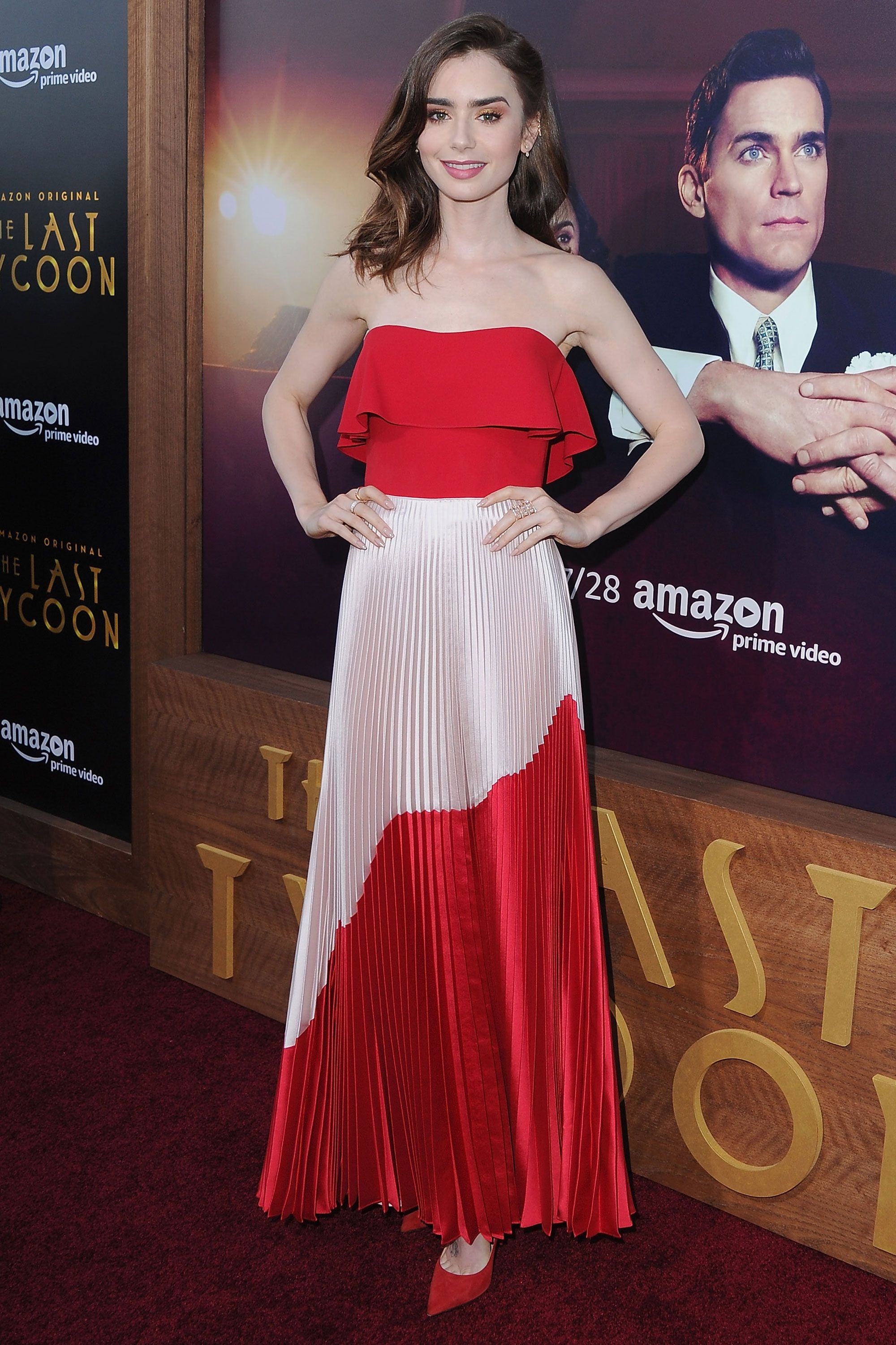 "<p><strong data-redactor-tag=""strong"" data-verified=""redactor"">27 July</strong> Lily Collins 穿著一件亮麗的Reem Acra紅色華服出席洛杉磯《最後的大亨》影集首映會,禮服下身以白紅斜切設計的百摺長裙呈現布料光澤與垂墜感,美好模樣讓現場閃光燈不停。<span class=""redactor-invisible-space"" data-verified=""redactor"" data-redactor-tag=""span"" data-redactor-class=""redactor-invisible-space""></span><span class=""redactor-invisible-space"" data-verified=""redactor"" data-redactor-tag=""span"" data-redactor-class=""redactor-invisible-space""></span></p>"