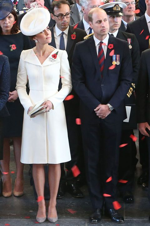 "<p><strong data-redactor-tag=""strong"" data-verified=""redactor"">30 July </strong>王子及王子妃參訪布拉格Passchendaele戰役委員會,凱特王妃穿上Alexander McQueen 的外套式連身裙。他曾在女兒Charlotte小公主的受洗禮中首次穿著這套裙裝現身。  <span class=""redactor-invisible-space"" data-verified=""redactor"" data-redactor-tag=""span"" data-redactor-class=""redactor-invisible-space""></span></p>"