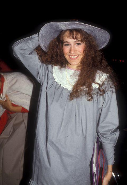 "<p>                  從小接受歌唱與芭蕾舞訓練的Sarah Jessica Parker,11歲即成為百老匯的童星演員,並獲得演技肯定,隨後前進好萊塢,出演了1984年版的歌舞片經典《渾身是勁》,也在Tim Burton執導的電影《艾德伍德》與《星戰毀滅者》中演出。<span class=""redactor-invisible-space""></span></p>"