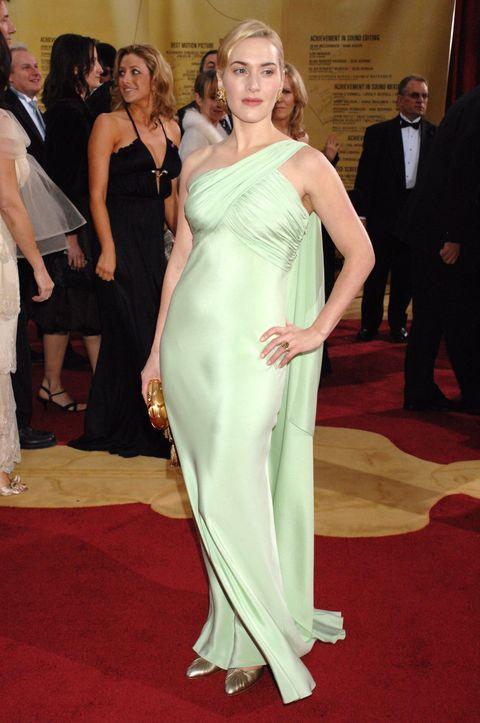 "<p>Kate Winslet的小女兒Mia為媽媽挑選了一件Valentino價值10萬美金的薄荷綠禮服出席2007年Oscars晚會。Kate Winslet當天手拿金色晚宴包,梳起一頭金髮,腳踩金屬色跟鞋現身。  <span class=""redactor-invisible-space"" data-verified=""redactor"" data-redactor-tag=""span"" data-redactor-class=""redactor-invisible-space""></span></p>"