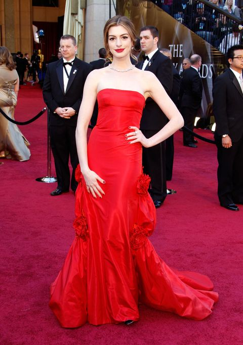 "<p>Anne Hathaway身穿一席價值8萬美金的Valentino簡約露肩紅禮服出席2011年Oscars,搭配了Tiffany &amp; Co價值高達1,000萬美金的鑽石項鍊。招牌紅唇,艷麗而不帶距離。  <span class=""redactor-invisible-space"" data-verified=""redactor"" data-redactor-tag=""span"" data-redactor-class=""redactor-invisible-space""></span></p>"