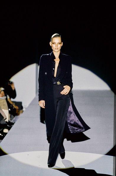 <p>當時面臨銷售量危機的Gucci,在Tom Ford的妙手下性感重生,1995年到1996之間的銷售量甚至達到90%的成長率,讓Gucci從一個義大利老牌轉眼成為90年代最具聲量、最賺錢的名字。擅長操作情慾氛圍的Tom Ford,為Gucci注入了性感基因,並數次以極具爭議性的性暗示形象廣告掀起輿論聲浪,讓人永遠記住了他的Gucci王朝,穿上一件Tom Ford的Gucci設計,是那個年代最性感迷人的事情。</p><p>Gucci 1996 秋冬系列。</p>