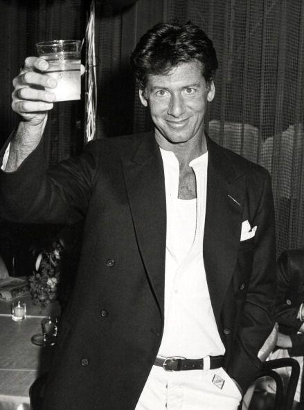 <p>當1967年Calvin Klein在好友Barry Schwartz幫助下成立同名品牌時,還欠下朋友十萬美元的債,誰都沒想到這筆債不但一下子就順利還清,Calvin Klein還在短短四年內就成為了百萬富翁。而最主要的原因是來自當年紐約百貨Bonwit Teller執行長Don O'Brien的意外造訪,讓Calvin Klein的設計能夠在百貨公司的八個櫥窗內展示,其他的合作邀約也就迅速地與之而來,Calvin Klein從此成為美國最重要的品牌之一。</p>