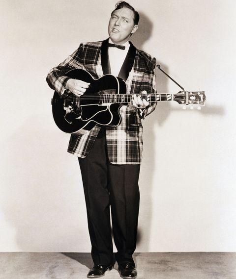 <p>Bill Haley被稱為搖滾之父,在經濟大蕭條的時代出生,環境的艱辛沒有抹滅他對音樂的熱愛,13歲那年拿到第一個正式表演機會後Bill與志同道合的孩子組成樂團。習慣穿著西裝正裝出席表演的他,反映出50年代當代社會風氣。</p>