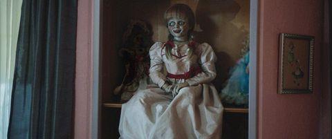安娜貝爾原是電影《厲陰宅》裡的駭人娃娃,《厲陰宅》播出後關於安納貝爾受邪靈附身的駭人故事在網路上四竄流傳,導演於是為安娜貝爾推出獨立電影!這尊美麗矜貴,穿著白色禮服被封存在玻璃櫃的古董娃娃身上,究竟帶著什麼樣的邪惡詛咒呢?