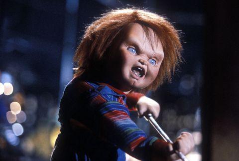 鬼娃恰吉系列的第一集,片頭開場便詳述了湖畔殺人魔在槍戰後躲進玩具店,透過巫毒教儀式將靈魂轉移到Good Guy人偶玩具上,就此正式展開著名的「鬼娃恰吉」系列恐怖故事!