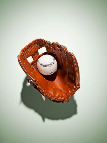 <p>1941年建立於紐約曼哈頓Garment District,Coach起初是6位皮革工匠創立的家族企業,1946年Cahn夫婦來到公司工作,亦帶來了品牌變革的起點。1960年,Cahn夫婦注意到了棒球手套的皮革特質,不但不因為時間而磨損,反而會在淬湅下更具光澤,甚至皮革的天然紋路會越發明顯與柔軟,夫婦倆靈機一動便想將這樣的耐用的皮革運用在皮件上,而Coach的第一個皮包也就此誕生,而在往後幾十年,Coach皮包也以其耐用性與精巧技藝,成為美國歷史最悠久且發展最成功的皮革品牌。</p>