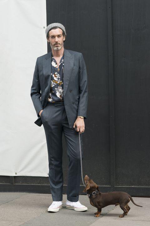 古典花朵襯衫與經典深灰西裝訴說著紳士風采,褲腳的打褶比例是細膩思量的展現。