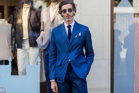 一雙深邃藍眼,和獨具韻味的雜白落腮鬍,出身英國的模特兒Richard Biedul,原本是一名律師,卻在事務所樓下的酒吧被星探發掘,在27歲時意外成為模特兒,被選為眾多品牌的代表臉孔。    Richard Biedul的穿衣風格以不羈卻優雅的另類英倫紳士風格為主軸,並善於運用層次與配件細節;時髦卻不張揚的品味穿著,也讓他成為街拍影像中的搶眼風景。