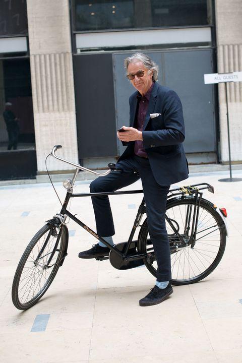 <p>          </p><p>以鮮豔奔放的彩色條紋建立起時尚王國的設計師Paul Smith,不論在設計與談吐中皆展現了濃厚的英式幽默,而他的風格偏好則是在沈穩經典的正裝中,加上些許富有玩心的細節。</p>  <p><span>熱愛單車運動的Paul Smith,以墨藍色西裝搭配酒紅襯衫,傳遞優雅氣質,低調露出的天空藍條紋襪則是個性中無法抹滅的真摯俏皮。</span></p>