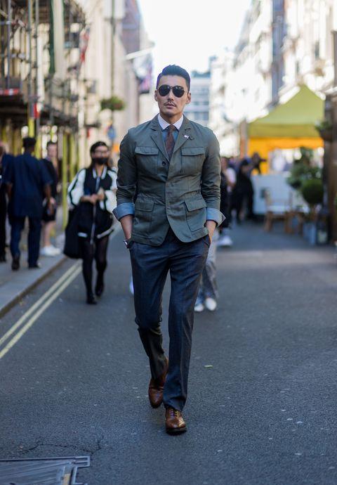 """<p>          土耳其藍襯衫外搭軍綠色夾克,隨性捲起袖口,平衡正式與休閒風格,一頭俐落髮型,戴上飛行墨鏡,營造日常與時髦共存的雅痞氛圍。  <span class=""""redactor-invisible-space""""></span></p>"""