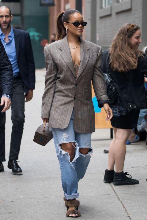 "<p>擔心直條紋西裝外套會使整體造型演得過於呆版,可以借鏡Rihanna的穿搭技巧,上身單穿灰色直條紋西裝外套,下身則選穿牛仔破褲,讓牛仔的休閒與破褲隨性的風格抹去西裝的嚴肅感,散發街頭壞女孩氣息。  <span class=""redactor-invisible-space"" data-verified=""redactor"" data-redactor-tag=""span"" data-redactor-class=""redactor-invisible-space""></span></p>"