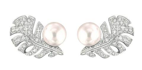 <p>羽毛珍珠耳環,Chanel。</p>