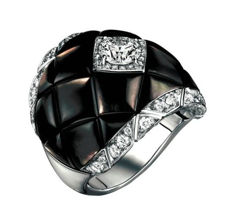 <p>菱格珍珠母貝鑽戒,Chanel。</p>