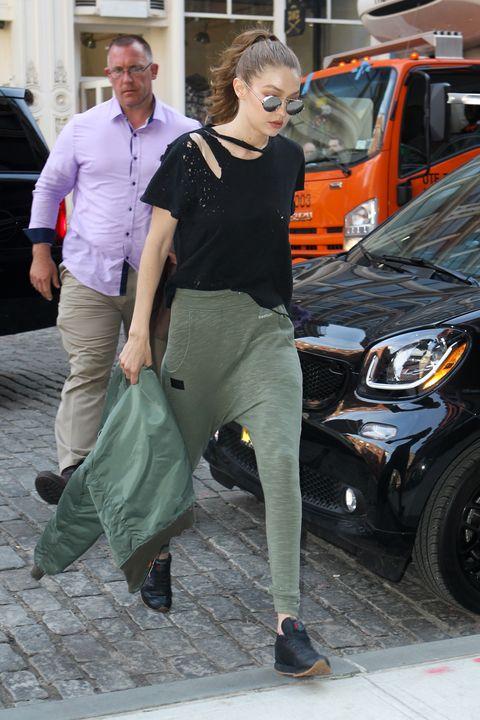 "<p>名模Gigi Hadid也踩著如同老爸鞋櫃拿出的舒適鞋款現身街頭。Gigi穿著黑色上衣,戴著圓框太陽眼鏡,綠色飛鼠褲,手拿著綠色飛行外套,一身休閒打扮搭上橡膠底的黑色Reebok Classic,渾身散發隨性生活感。  <span class=""redactor-invisible-space"" data-verified=""redactor"" data-redactor-tag=""span"" data-redactor-class=""redactor-invisible-space""></span></p>"