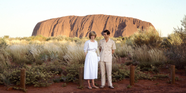 <p>查爾斯王子與黛安娜王妃1983年出訪澳洲時,攝於當地著名景點艾爾斯岩(Ayers Rock)。</p>