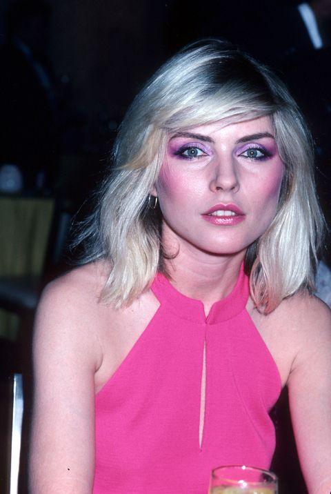 <p>在80年代早期,再多的腮紅都不嫌多。Debbie Harry的腮紅,從顴骨到太陽穴,粉紅而搶眼。</p>