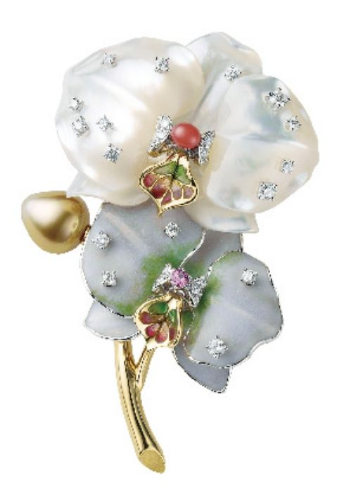 """<p>蘭花胸針,Mikimoto。<span class=""""redactor-invisible-space""""></span></p>"""