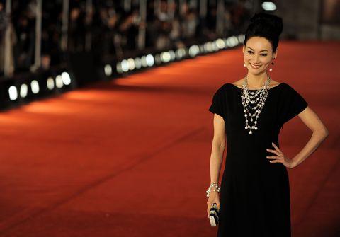 "<p>面對現實的考量及抱持對表演的熱忱,進入夜總會謀生後被名導演發跡,加入邵氏電影公司,因擁有舞蹈歷練的柔軟身段,成為武打片盛行的70年代中,家喻戶曉的「女打者」,更憑藉電影《長輩》中演繹身手靈巧的江湖女子,當時年僅22歲的她,一舉奪下首屆香港電影金像獎的影后,也是迄今唯一以武打片獲影后殊榮的人。  <span class=""redactor-invisible-space""></span></p>"
