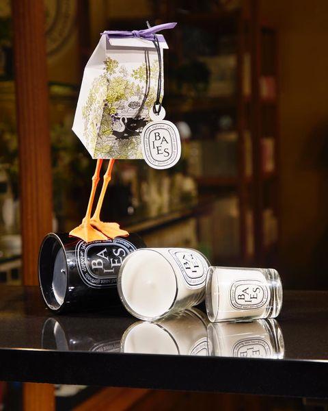 """<p>「蠟」也是有記憶力的。第一次使用香氛蠟燭時,一定要確保表層的蠟完全融化,並覆蓋蠟燭罐的內側,才能確保接下來每一次使用,都可以按照第一次燃燒的方式勻稱地燃燒,散發迷人香氣。時間視蠟燭大小而定,一般小型蠟燭約需要1小時的燃燒時間,大型、420克的三蕊蠟燭則需要至少2小時。<span class=""""redactor-invisible-space"""" data-verified=""""redactor"""" data-redactor-tag=""""span"""" data-redactor-class=""""redactor-invisible-space""""></span></p><p><span class=""""redactor-invisible-space"""" data-verified=""""redactor"""" data-redactor-tag=""""span"""" data-redactor-class=""""redactor-invisible-space"""">&gt;&gt; <a href=""""https://www.1010apothecary.com.tw/goods.php?id=4665"""" data-tracking-id=""""recirc-text-link"""">Diptyque 漿果香香氛蠟燭</a>,190g,NT2,300。<span class=""""redactor-invisible-space"""" data-verified=""""redactor"""" data-redactor-tag=""""span"""" data-redactor-class=""""redactor-invisible-space""""></span></span></p>"""