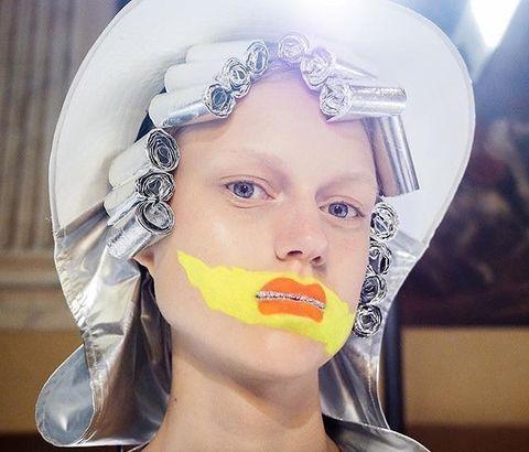 <p>「大多數人在彩妝方面犯的通病就是:懼於嘗試、缺乏實現精神。我一向跟人們說,別小心翼翼地使用彩妝。一旦不害怕突破、衝撞極限,所有的可能性都將會是無限的。」</p>