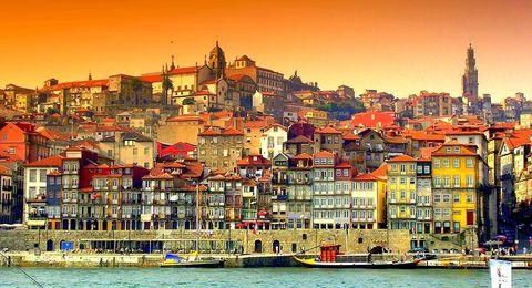 <p>如果說2017年是首都里斯本獨佔鰲頭,2018年則是葡萄牙第二大城波多Porto的天下。</p><p>WGSN公司的旅遊編輯Emily Cater向Bazaar UK解釋:「融合新舊氛圍、繽紛的廢棄建築、巴洛克式教堂、欣欣向榮的城市新建物,都是波多Porto的景觀特色。<span>美食亦</span><span>是造訪波多的重點,豐富的新鮮漁獲和起司,當然還有葡萄牙的代表性酒品——</span><span>波特紅酒</span><span>。」</span></p>