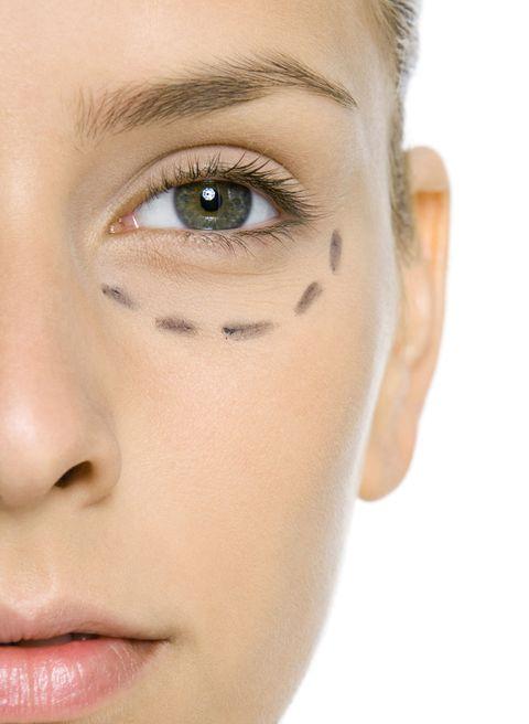 "<p>現代人不正常的作息,與離不開電子產品的壞習慣,都是讓眼袋及黑眼圈問題越發普及和加劇的原因,因此,當「如何消除眼袋」登上今年前10大熱搜的美妝問題排行榜,可說是一點都不讓人意外。</p><p>除了勤擦眼霜,或借助醫美,其實,充足的睡眠與適時地讓眼部放鬆,才是解決這惱人問題最根本的不二法門。所以,快把手機螢幕從妳的視線裡拿開吧!</p><p><a href=""http://www.harpersbazaar.com.tw/beauty/skincare/news/a1301/beauty-sos-how-to-get-rid-of-under-eye-bags/"" target=""_blank"" data-tracking-id=""recirc-text-link"">>>更多消除眼袋方法</a></p><p><a href=""http://www.harpersbazaar.com.tw/beauty/skincare/tips/g1771/hide-dark-circles/"" target=""_blank"" data-tracking-id=""recirc-text-link"">>>延伸閱讀:7大秘訣甩掉惱人黑眼圈</a></p>"