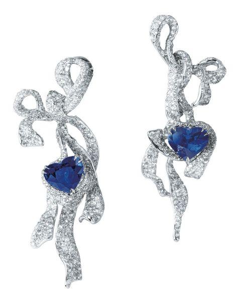 <p>心型皇家藍寶石緞帶耳環,Cindy Chao。</p>