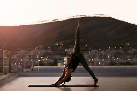 "<p>在身為瑜伽<span class=""redactor-invisible-space""></span>老師的母親的影響之下,比起其它運動,Meghan Markle 從小對瑜伽更是熟悉。「我的基因中藏有瑜伽天份。」她說「我特別喜歡較激烈的需要激烈活動的動瑜伽<span class=""redactor-invisible-space""></span>(vinyasa class,又稱流瑜珈),帶點hip-hop 的強勁力道。尤其在灰暗房間中,點上蠟燭運動,完美!」</p>"