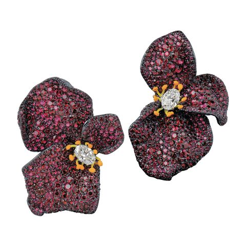 <p>紅寶石玫瑰耳環,Cindy Chao。</p>
