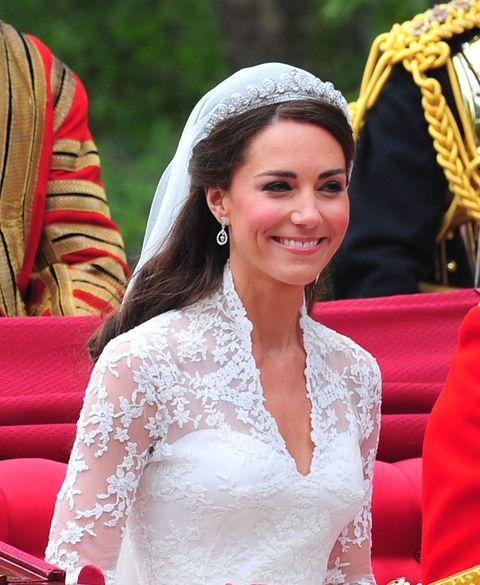 "<p>2011年的世紀婚禮不管過多久,英國王妃Kate Middleson的氣質出眾仍在深植人心,而王妃當日自己完成的妝容更令人印象深刻。底妝以自然輕透感為主;眼妝的部分,灰褐色的眼影,搭配根根分明的睫毛,讓眼妝更澄淨。<span class=""redactor-invisible-space"" data-verified=""redactor"" data-redactor-tag=""span"" data-redactor-class=""redactor-invisible-space""></span></p>"