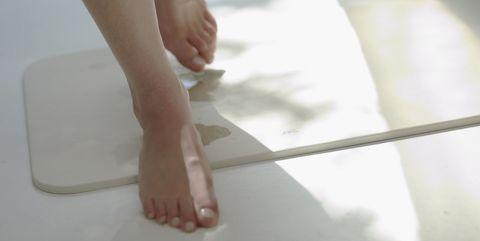 Leg, White, Human leg, Foot, Skin, Toe, Joint, Ankle, Human body, Hand,