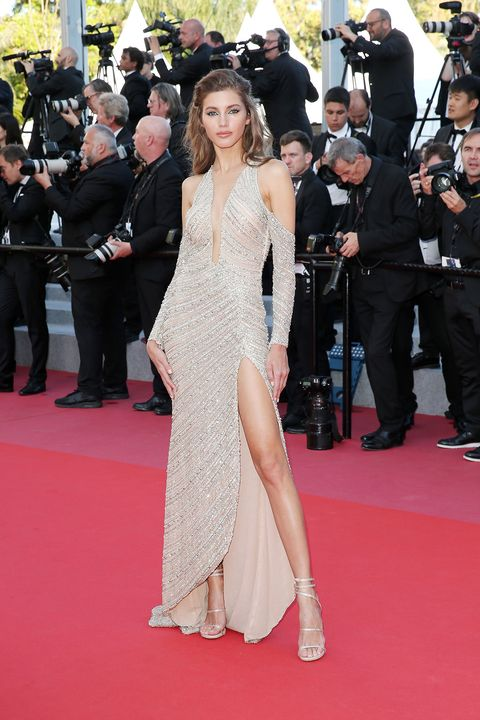 Red carpet, Carpet, Dress, Flooring, Premiere, Clothing, Shoulder, Event, Hairstyle, Fashion,