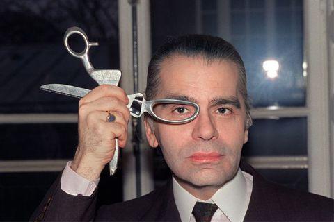 卡爾拿著剪刀照片