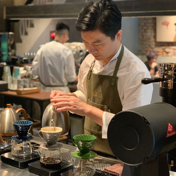 走訪「世界冠軍咖啡師」吳則霖旗艦店「Simple Kaffa」!販售淺中深焙手沖咖啡、李霽植物藝術作品進駐