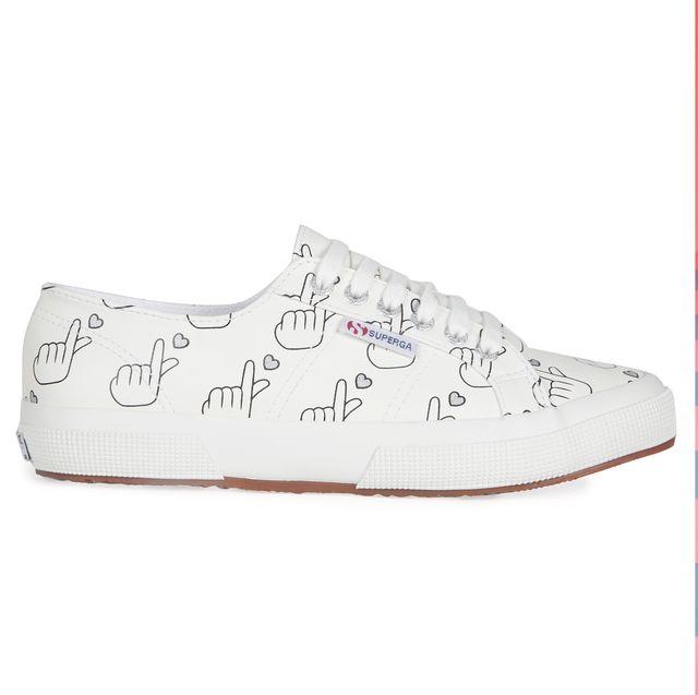 SUPERGA現在上網就買得到 聯名YOOX推出情侶鞋 手指愛心直接印滿整雙鞋 情侶一穿上就直接高調放閃!