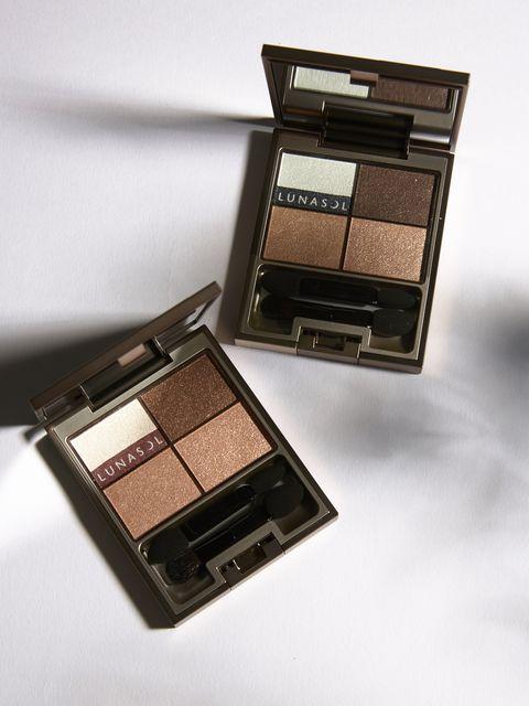 Eye shadow, Eye, Brown, Product, Cosmetics, Beauty, Organ, Human body, Shadow, Material property,