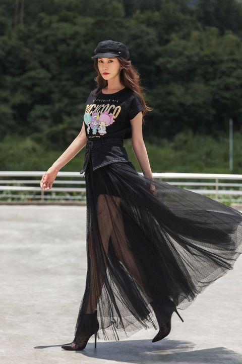 林志玲身穿計黑色rockcoco x 雙星仙子合作公益t恤搭配紗裙露出美腿