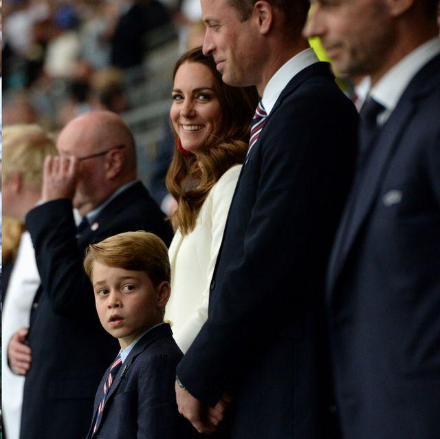 凱特王妃帶喬治王子現身歐洲盃太可愛!英國皇室最優雅的看球穿搭