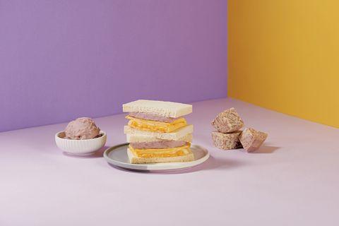 紫色、黃色的背景前有療芋起司厚蛋土司