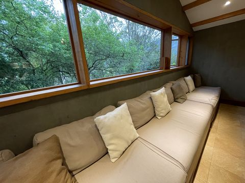 若捨不得急著離開,不妨在森林裡留下來度過夜晚~ 清新小屋都被樹林擁抱,空間的設計簡單樸實且舒適,在打開門的那瞬間還以為自己飛到南法的普羅旺斯!