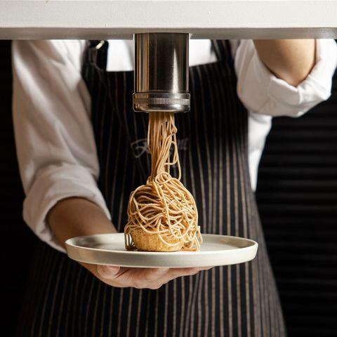 「栗子拉麵瀑布」太狂了!晶華酒店特製擠花機,打造3款豪邁「栗子拉麵」甜點