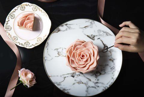 「情人節送顆藝術品般的粉紅玫瑰蛋糕吧!」粉色玫瑰外型與酸甜莓果內餡,讓你抓住老婆女友的胃