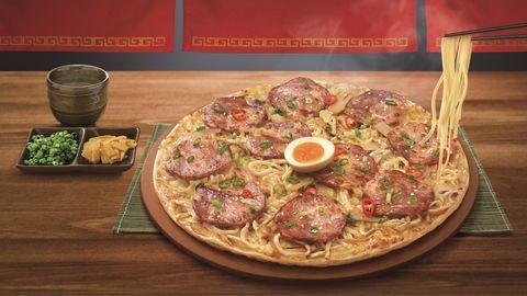 「拉麵披薩」太瘋狂!必勝客x「麵屋武藏」推出史無前例跨界聯名